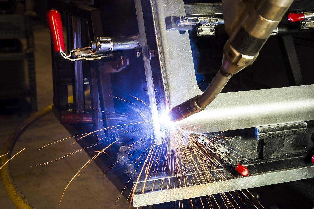 机器人焊接图片