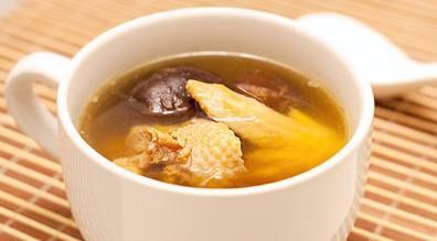 香菇炖老母鸡的家常煮饭,冬季怎样吃老母鸡更营养?已回答!