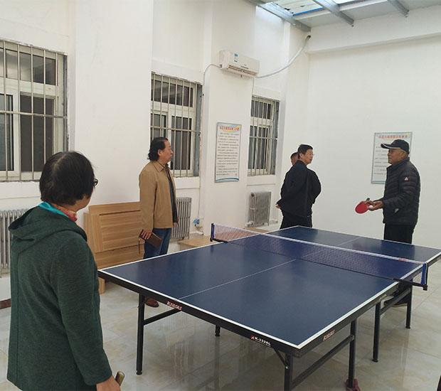 大家在老年公寓打乒乓球