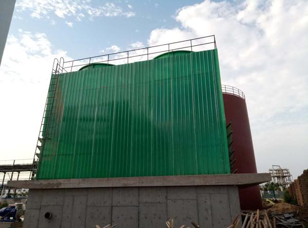 开封方型玻璃钢冷却塔安装现场