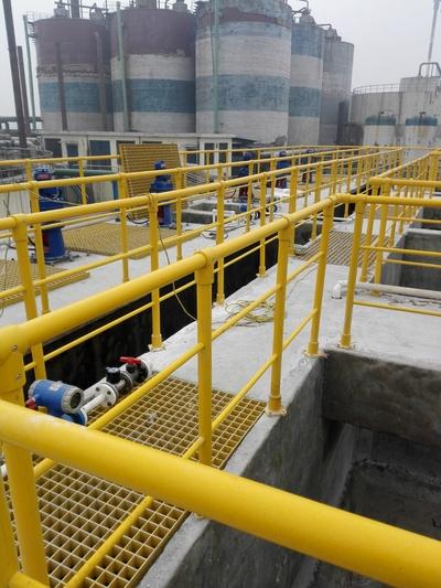 新乡某污水处理厂水泥池防腐,玻璃钢护栏,玻璃钢格栅安装完毕
