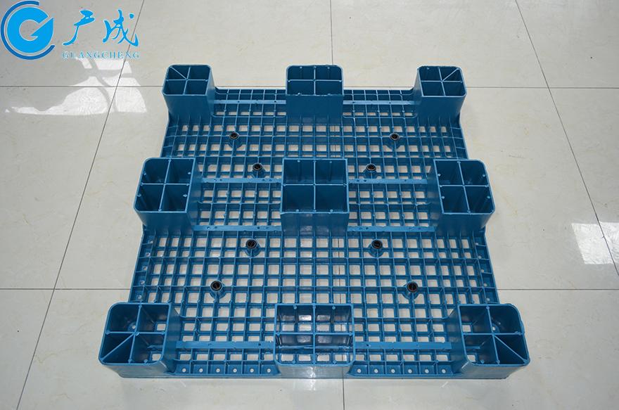 1010一体成型网格九脚塑料托盘反面