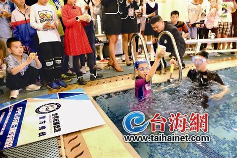 水下双人单手复原三阶魔方世界纪录