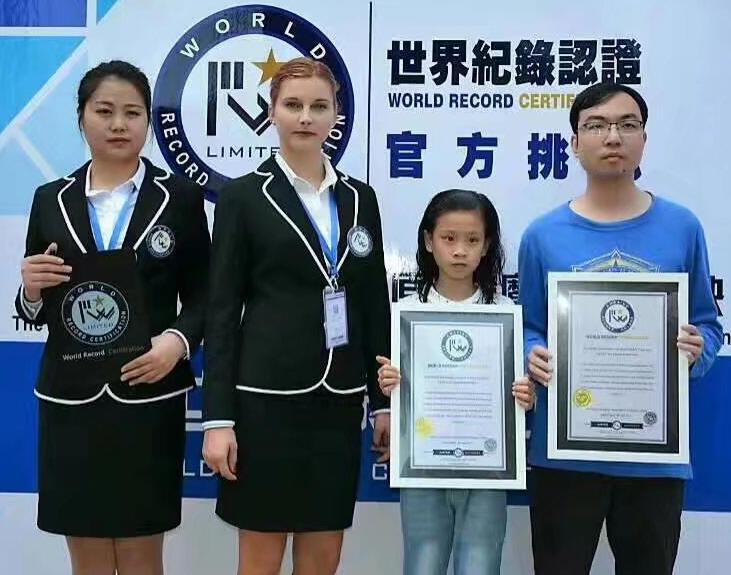 叶佳希老师创造水下双人单手复原魔方世界纪录