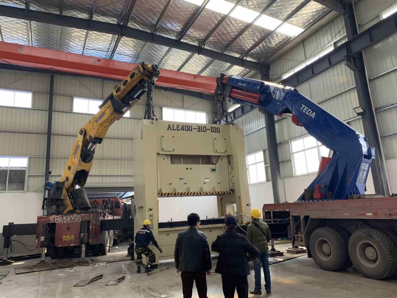 厂房搬运400吨冲床放倒装车-无锡厂房搬...