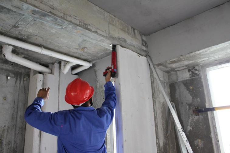 板材就位安装、调整、固定管卡