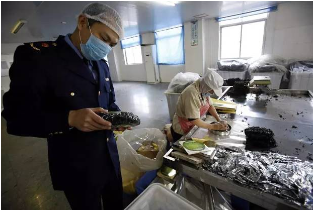 福建晋江市市场监督管理局工作人员在紫菜包装车间进行现场检查