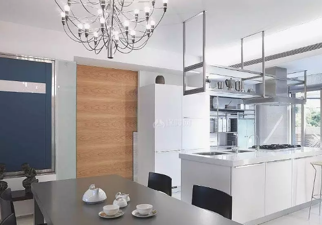 现代简约厨房装修样式选择—青海梵筑装饰工程有限公司