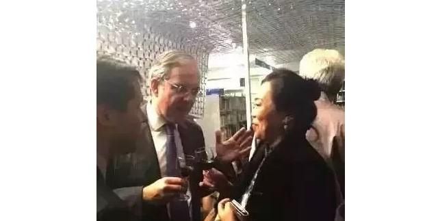 2014欧诗瀚董事长赵云燕女士与时任法国大使亲切交谈