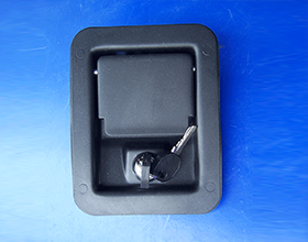 可在关键区域安装电柜门锁