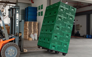 塑料物流箱错位堆码后倾斜30度不倒塌图