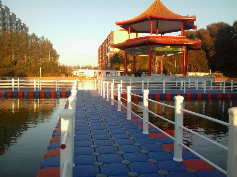 海滨浴场水上平台