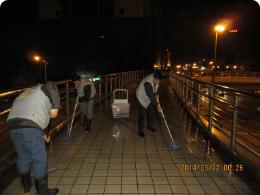 上海电视新闻报道-市民反映吴淞路人行天桥地面太滑