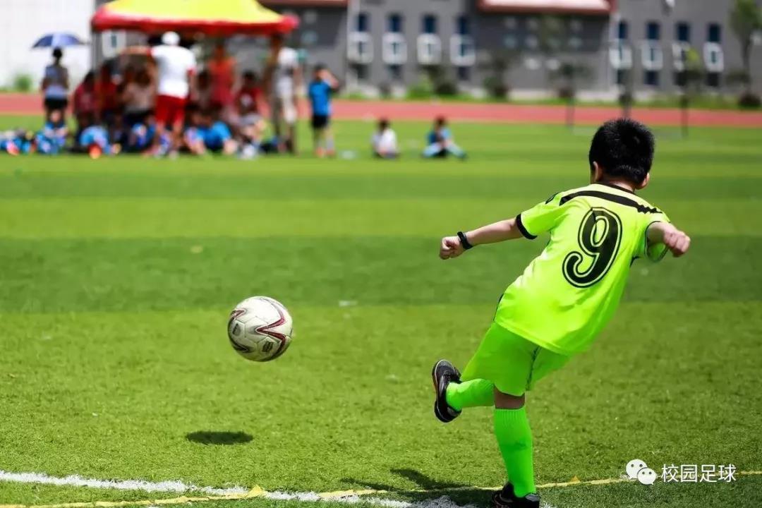 一个踢球孩子写给足球的一封信