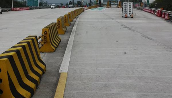 高速公路收费站隔离水泥墩