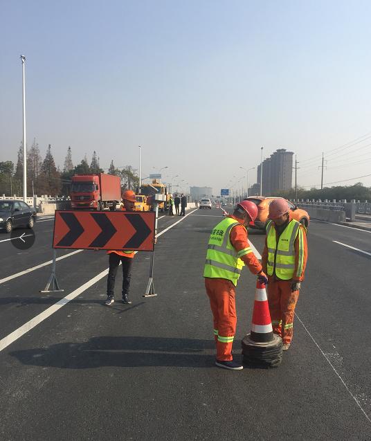 G320公路金山段一期水泥隔离墩和道路划线项目竣工