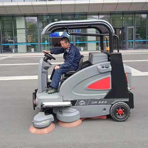 大型驾驶式洗地机
