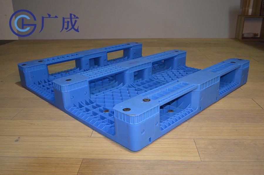 1212B平板川字拼接塑料托盤反面45度角