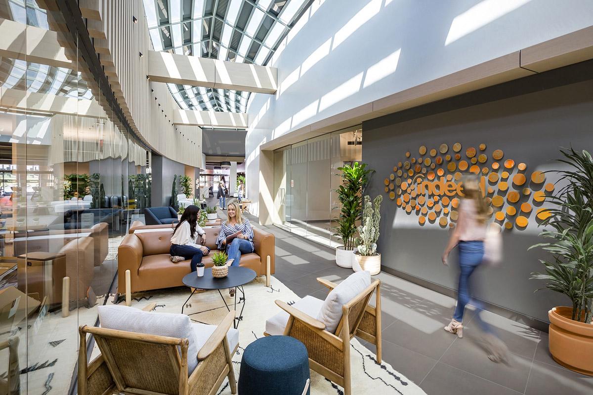 【色彩墙、锈铁板、浅色木纹】办公空间设计
