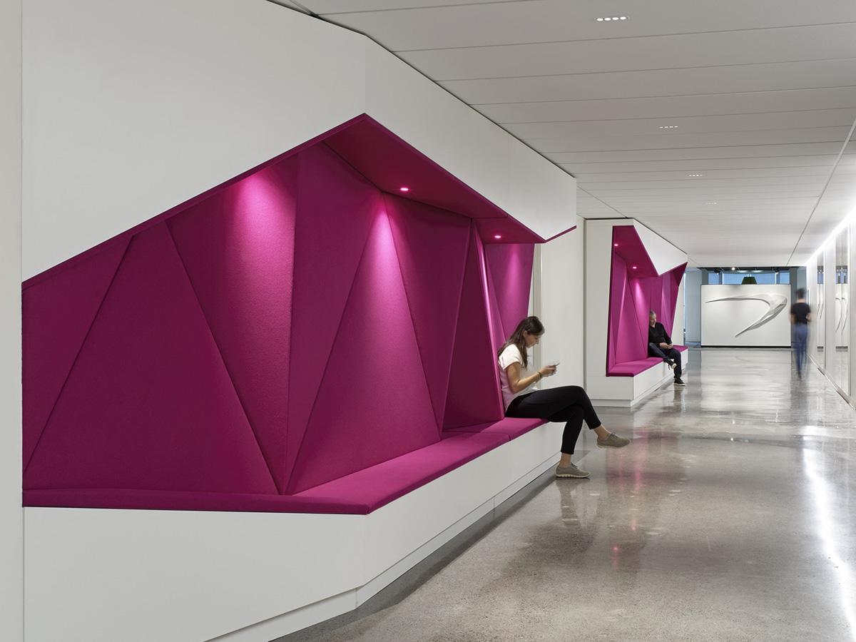 【色彩墙、入墙沙发座】办公空间设计