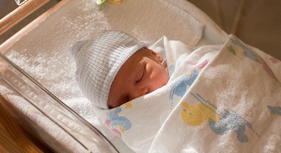 宝宝睡觉闭着眼睛哭是怎么回事