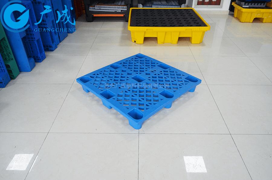 1010B可套疊網格九腳塑料托盤四十五度角放置