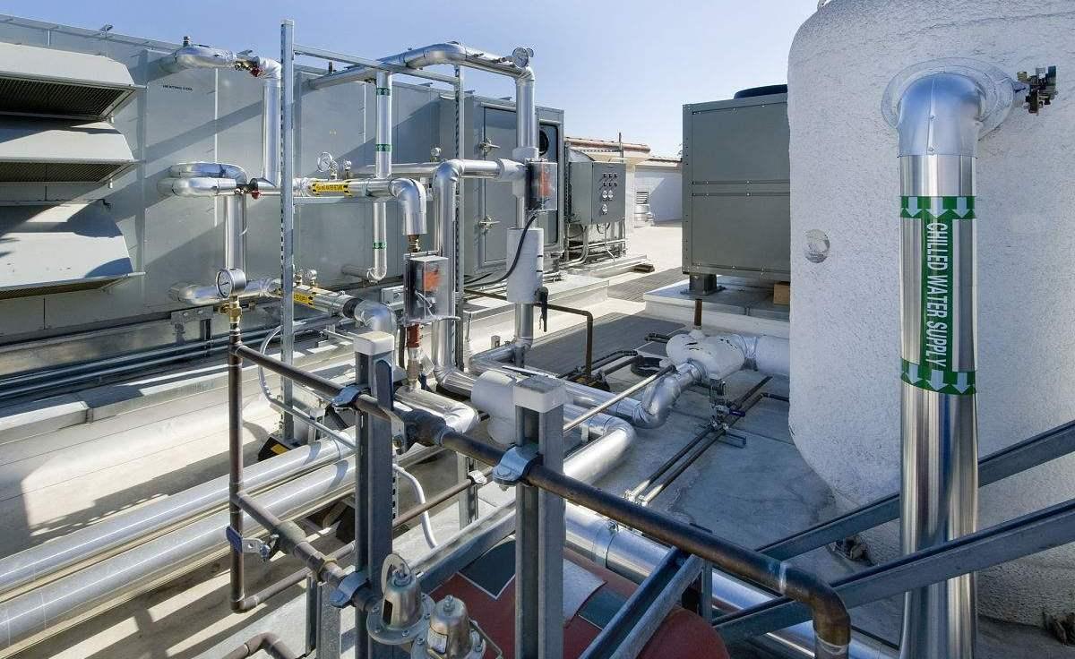 UEFA机组通过输送管道将精密控制处理后的空气分配给空气末端装置