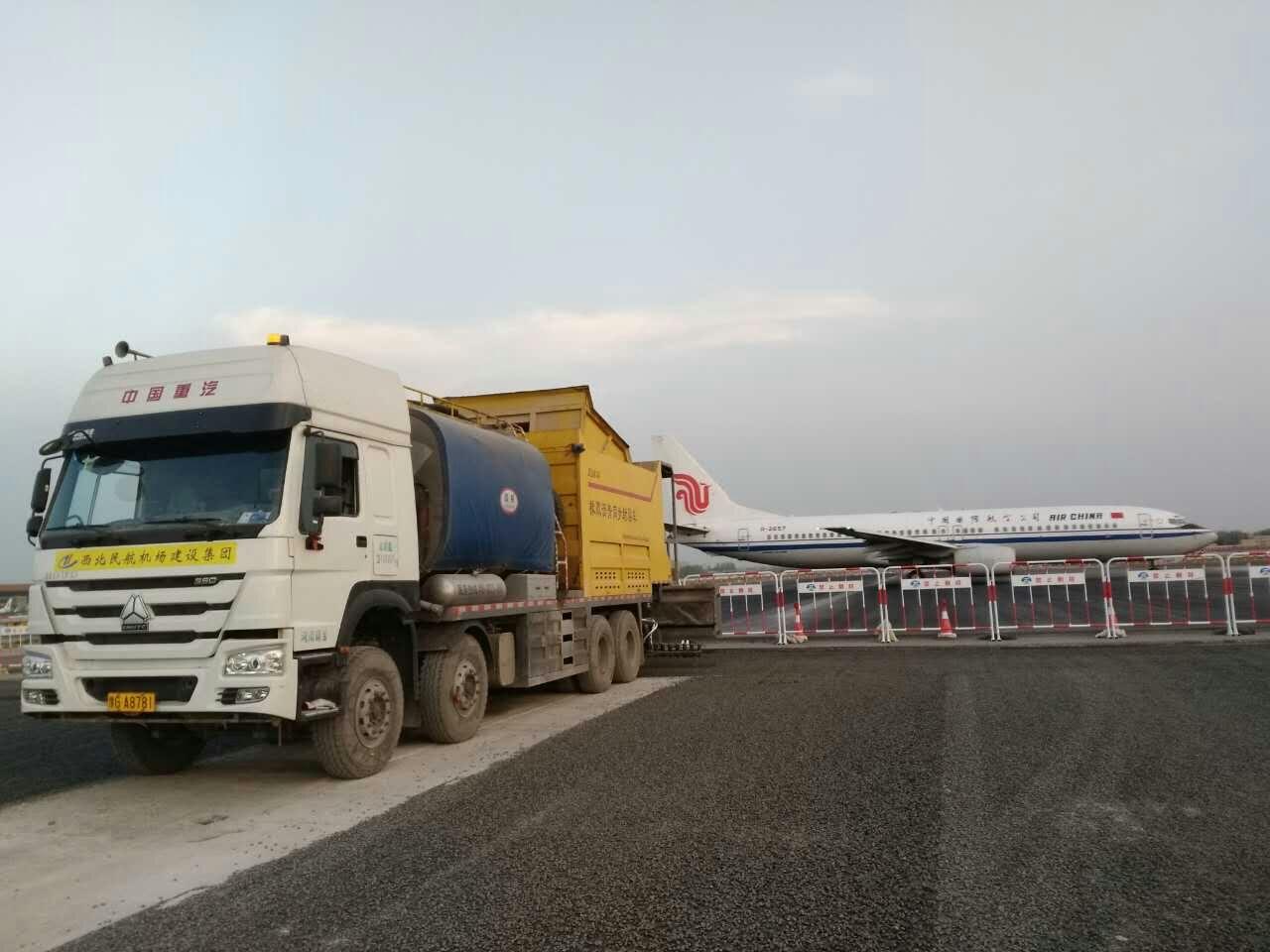 JQ5318TFC沥青碎石同步新宝5彩票娱乐车助力北京首都国际机场施工