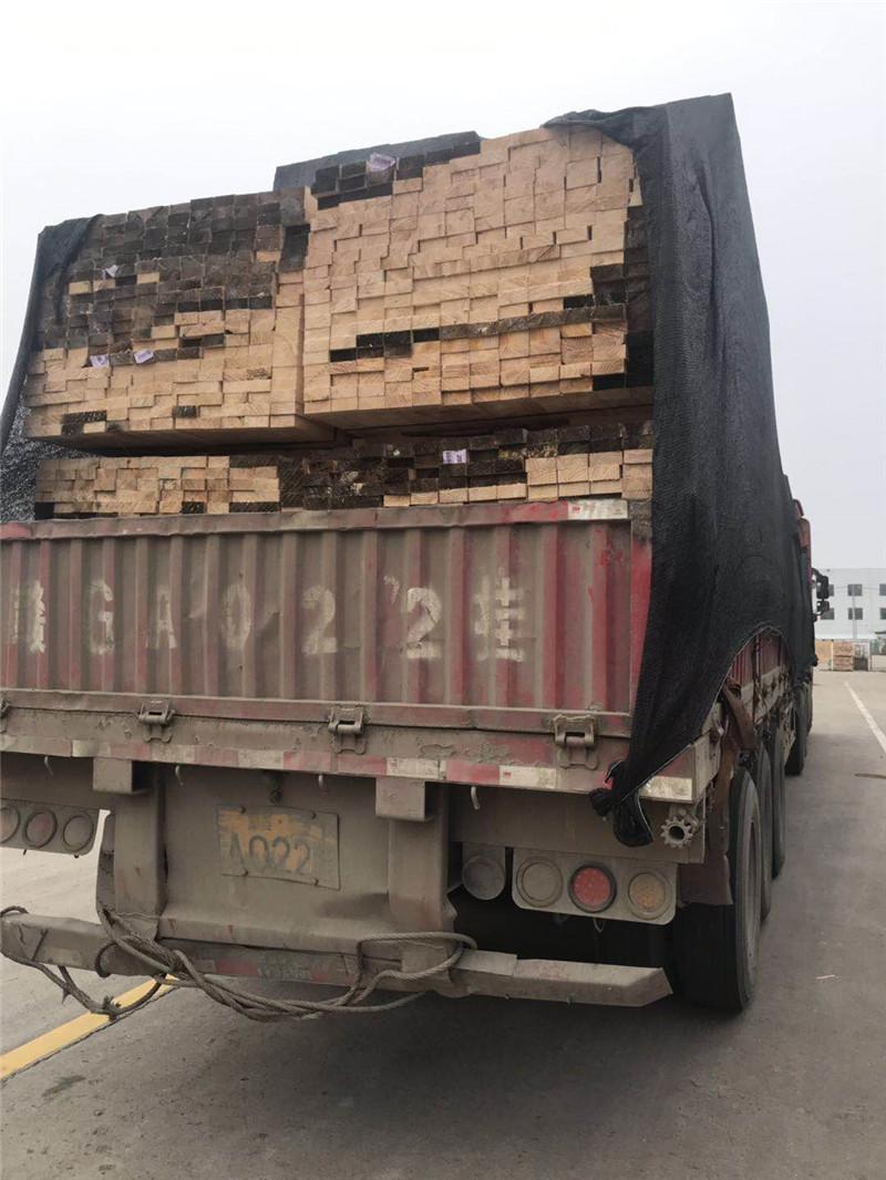 建筑工地木方装车