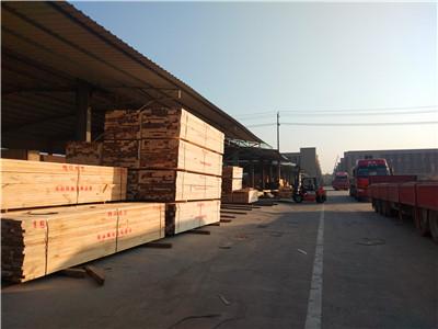 准备装木枋的货车