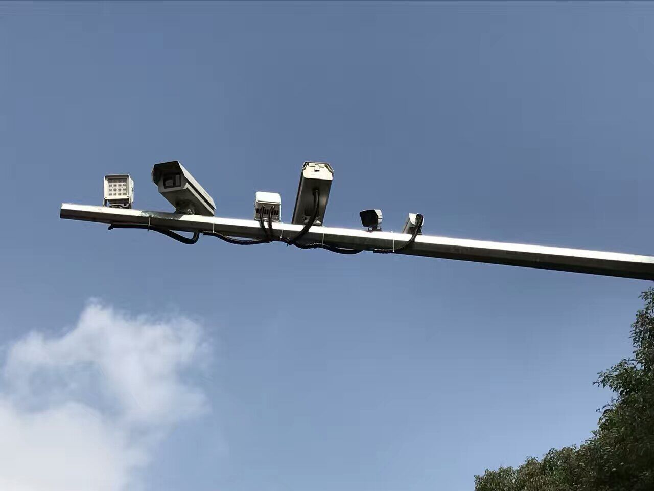 """晋江""""电子警察""""配合LED补光灯上岗45小时 533名司机打手机被拍"""