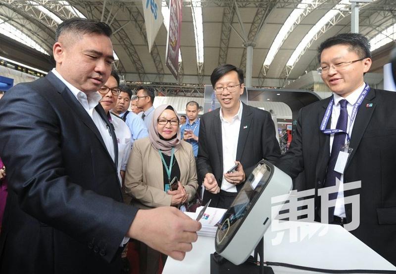 马来西亚交长亲试国朗全支付一体机,冀公交服务提供无现金付费系统