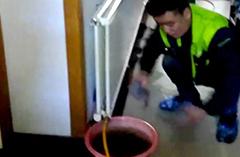 2018年12月20日-刘师傅在华瑞园为客户清洗暖气片
