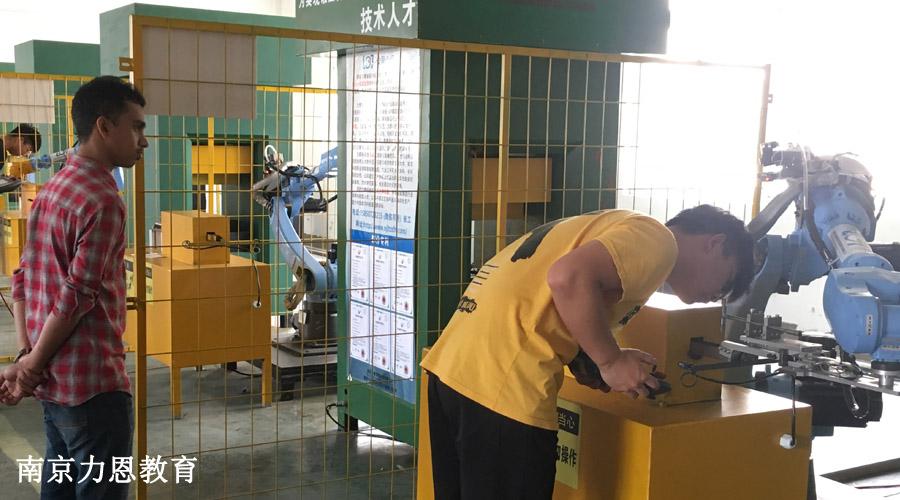 参加工业机器人培训意味着向高薪职业迈进了一步?