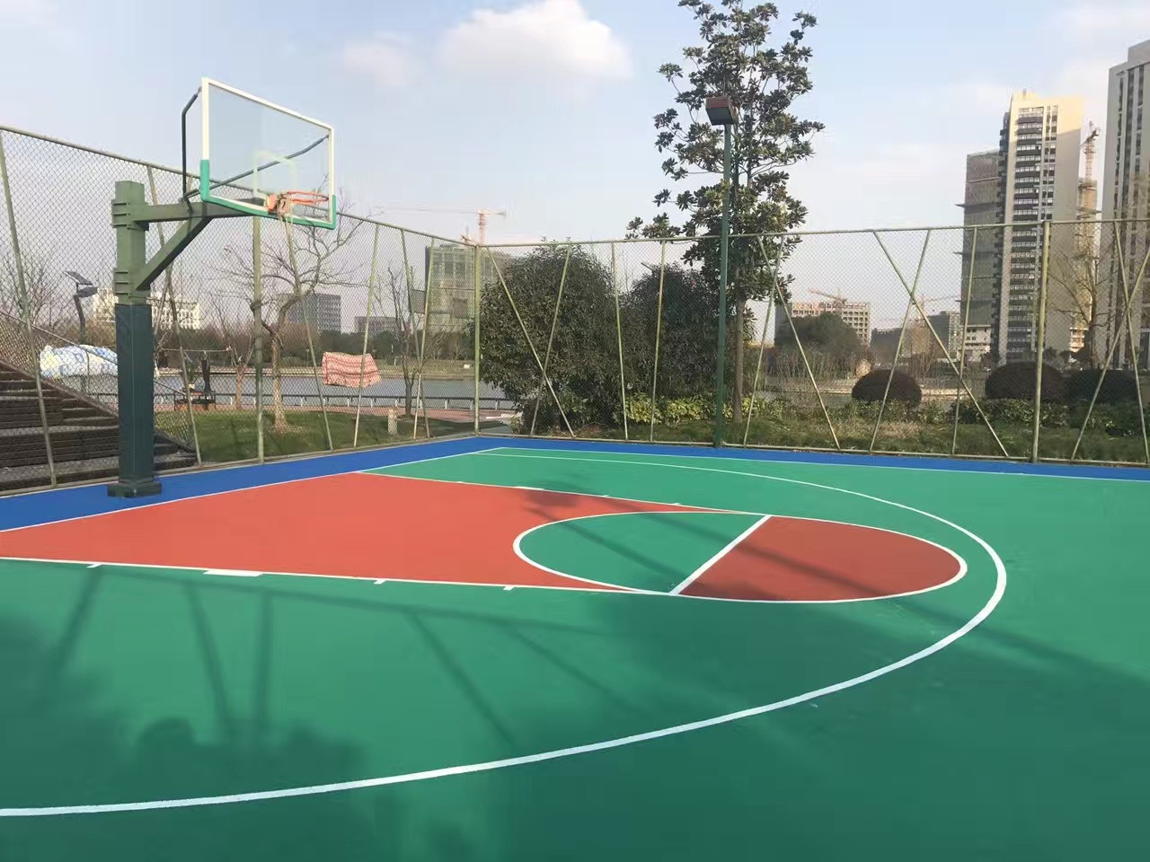 上海塑胶篮球场专业施工厂家为您解析塑胶篮球场的优点