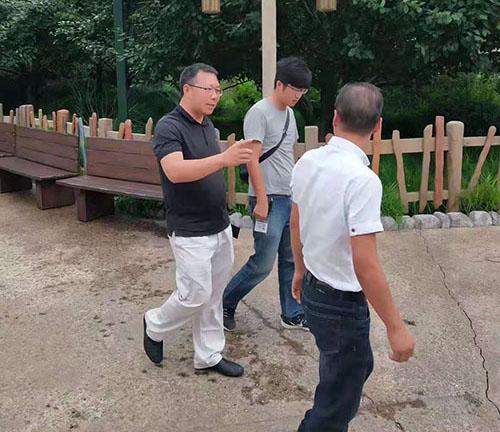 美地宝—范总和艾总就园区内道路情况在讨论沟通之中