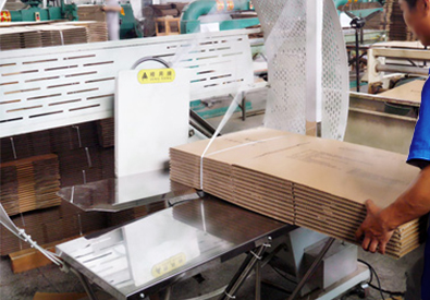 宏图包装打包机纸箱成型第三步