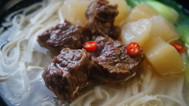 品尝美味的牛腩-萝卜牛腩的做法