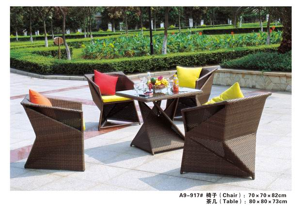 棕色藤编组合桌椅