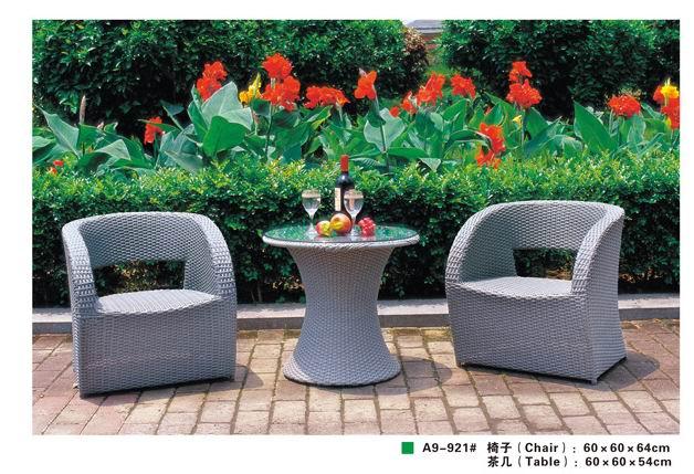 灰色藤编组合桌椅
