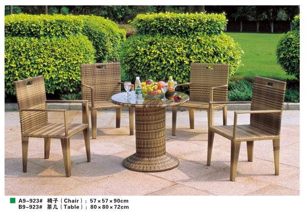 仿木色藤编桌椅