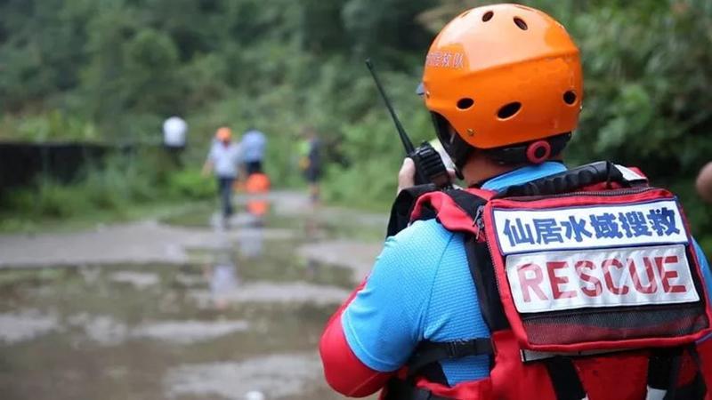 身穿水域救援装备指挥