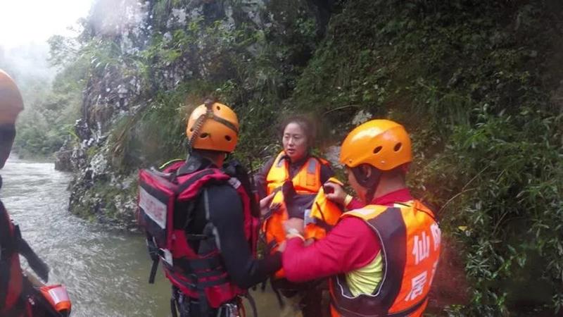 为被救人员穿戴救援救生衣