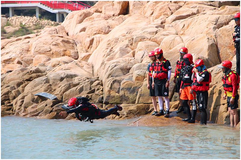 身穿水趣专业救生衣RS02的队员