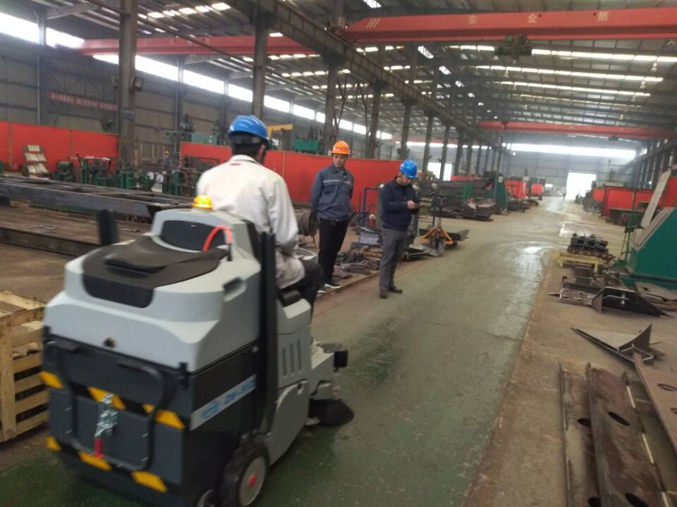 大型工厂清洁首选科威驾驶式扫地机