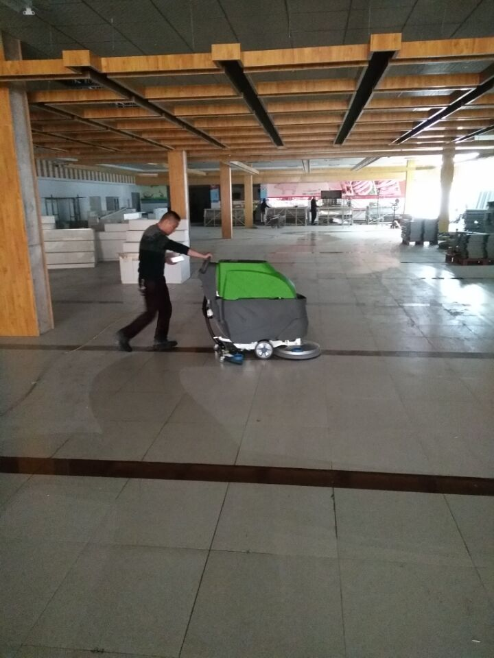 手推式洗地机入驻大润发时代广场
