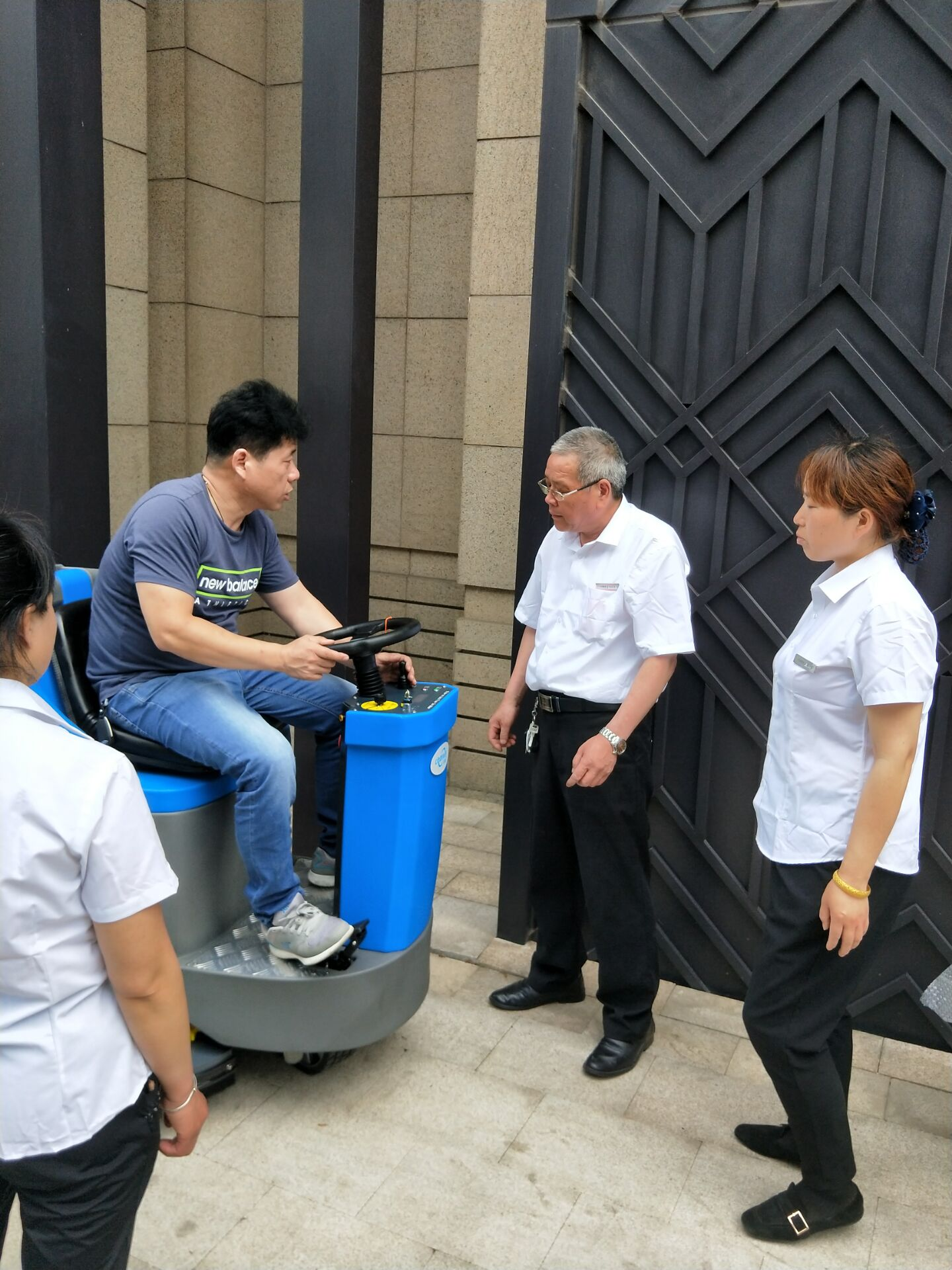 上海中央公园驾驶式扫地机成功交接!