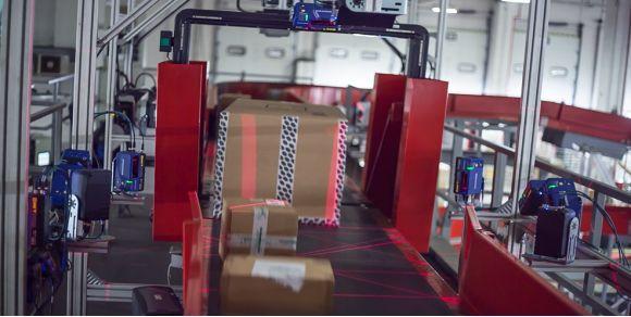 DX8210全方位条码扫描固定式读码器在工业流水线上全方位扫描场景展示