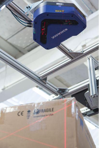 DX8210全方位条码扫描固定式读码器在物流传送带上扫描工作时的场景展示