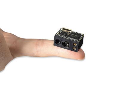 超小体积二维码扫描模组与手指对比图